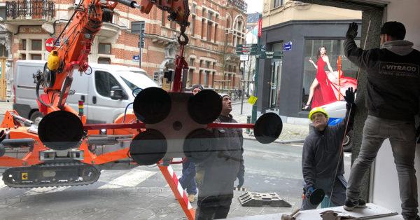 Intervention avec grues ventouses pour vitrines de magasins
